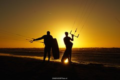 DSC06680 (ZANDVOORTfoto.nl) Tags: surf kite kitesurf sunset zonsondergang zandvoort aan zee watersports sun goldsky gold yellow geel goud zon noordzee northsea kiters kiting waves water