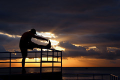 Allungamento con vista (meghimeg) Tags: 2017 santamargherita allungamento stretching mare sea alba sunrise nuvole clouds cielo sky ringhiera fence sole sun controluce backlight