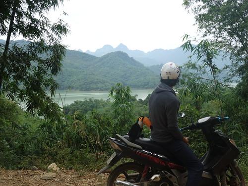 Puis la balade en moto se poursuit autour de la rivière noire et du lac Hòa Bình