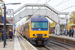 DDZ stopt in Putten, op weg naar Zwolle (DAPPA01) Tags: veluwelijn trein spoor putten pt rails bovenleiding zijspoor station prorail ns stationsstraat overweg perron reizigers goederentrein cargo ddz 5600