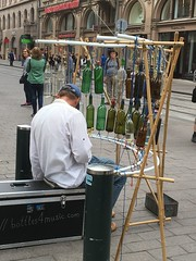 Xilófono de botellas [in explore, many thanks!] (Angeles2021) Tags: finlandia músicoruso helsinki xilófono botellas música personas