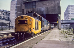 37175 Aberdeen 2A68 19th July 1990 (Mr Bushy) Tags: aberdeen aberdeenshire gns greatnorthofscotlandrailway cal caledonianrailway cr jointstation scr scottishregion granitecity br britishrail 1990 class37 ee englishelectric eetype3 vulcanfoundry largelogo