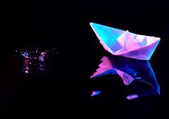 B-7: ¡Agua! (Carlos Montesinos) Tags: high speed drop flash colour gel gota alta velocidad paper ship barco papel strobist water