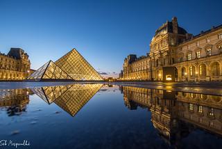 Reflet dans la cour du Louvre, Paris, France
