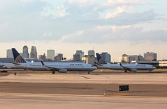 United 737s in Newark (Thomas_1073) Tags: newjersey plane airplane aircraft aviation airline united boeing 737800 737900 737 newark airport skyline building sky city