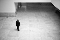 Opposites Attract (Foto John) Tags: leicam leicam240 leica leicamtyp240 rangefinder summicronm35mmf2asph blackwhite blackandwhite blackandwhitethatsright monochrome streetphotography people man museum porto portugal artgallery architecture lines inexplore
