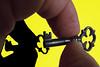 La chiave di tutto (meghimeg) Tags: 2017 genova fingertips yellow macromondays giallo puntadelledita macro self chiavekey ombra shadow