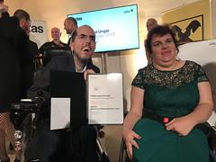 Markus Ladstätter und Katharina Müllebner die Urkunde (bizeps) Tags: bizeps barrierefreiaufgerollt prälatleopoldungarjournalistinnenpreis 2017 preisverleihung barrierefrei aufgerollt