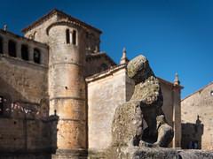 Santillana del Mar - Cantabria (vlapoulle) Tags: santillanadelmar médiéval medieval church église cloître cloister pierre stone espagne spain españa piedra iglesia sculpture statue