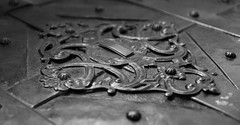 schönes Detail (wpt1967) Tags: ancient antique architecture backgrounds beschlag carvingcraftproduct closeup cultures deckel decoration eos6d everypixel history ironmetal klingen klingenmuseum metal old oldfashioned ornate pattern schmiedearbeiten solingen truhe art macro museum wpt1967