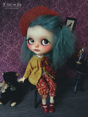 A new pants set for Carolina, wearing by Edwige.