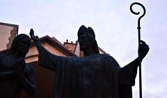 13 - Reims - Près de la Basilique Saint-Remi - Baptême de Clovis par Daphné Du Barry, 1996 (melina1965) Tags: reims marne grandest octobre october 2017 nikon d80 sculpture sculptures statue statues église églises church churches ciel sky cloud clouds nuage nuages