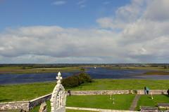 Rainbow Over Shannon River (ivlys) Tags: irland ireland èire countyoffaly clonmacnoise monastery shannon fluss river regenbogen rainbow kreuz cross landschaft landscape natur nature gegenlicht backlight ivlys