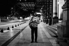 leitura (renanluna) Tags: homem man noite night rua street monocromia monochromatic pretoebranco blackandwhite pb bw buenosaires argentina ag fuji fujifilm fujifilmxt1 xt1 35mm fujinon35mmf14xfr fujinon renanluna