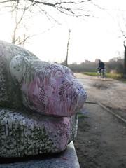Der Eisbär. / 13.12.2017 (ben.kaden) Tags: berlin prenzlauerberg kunstderddr kunstimöffentlichenraum bildhauerei bildhauereiderddr eisbär falkplatz skulptur tierskulptur marmor 2017 13122017 stefanhorota