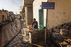 BADAMI : CORVÉES DOMESTIQUES (pierre.arnoldi) Tags: inde india canon6d corvéesdomestiques pierrearnoldi badami karnataka photoderue photooriginale photocouleur portraitdefemme