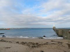 Nigg Beacon, Aberdeen, Nov 2017 (allanmaciver) Tags: nigg beacon sand sea shore seaweed light harbour water north coast aberdeen walls fence view allanmaciver greyhope bay