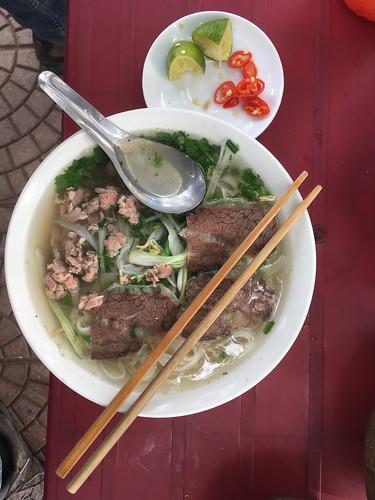 Un Phở ! Certainement le plat le plus connu du Vietnam. C'est une soupe avec de la viande (de boeuf ou de volaille), accompagnée de légumes.  Ce plat est aromatisé d'herbes, de jus de citron et si l'on souhaite, de piment.