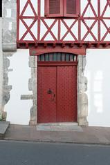 BASTIDE CLAIRENCE-109 (MMARCZYK) Tags: rouge pays basque france nouvelleaquitaine pyrénéesatlantiques bastideclairence 64 architecture vernaculaire colombage bastide navarre