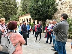 62 - Zarándokok a Látogatás temploma udvarán / Pútnici na nádvorí Baziliky navštívenia Panny Márie