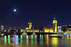 London lights (Rita Eberle-Wessner) Tags: nacht night uk greatbritain grosbritannien fluss england london themse wasser himmel sky water flugzeuge bigben brücke bridge turm gebäude building stadt town city uhr westminsterpalace westminsterbridge westminsterabbey planes reflections spiegelungen mond moon sterne stars 15seconds