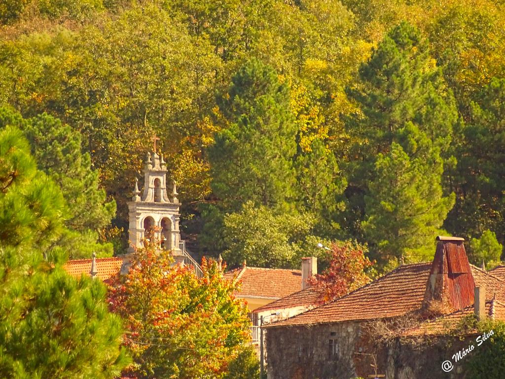 Águas Frias (Chaves) - ... as cheminés, a torre sineira e o arvoredo envolvente ...