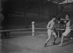 Private Peakes (Australia) and Gunner Reilyea (Canada) boxing, Brussels, Belgium / Le soldat Peakes (Australie) et l'artilleur Reilyea (Canada) qui s'affrontent à la boxe, Bruxelles (Belgique)