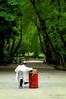 _00Z6428 (zalo_astur) Tags: vendedor barquillos parque oviedo asturias oficios rojo ambulante silla bata blanco verde calle bancos