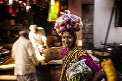 BADAMI : ELLE FAIT SES COURSES (pierre.arnoldi) Tags: inde india pierrearnoldi badami karnataka on1raw canon photographequébécois photoderue photooriginale photocouleur portraitdefemme portraitsderue