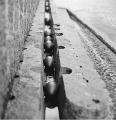 Torgalmenningen (Jan Zielinski) Tags: bergen hordaland rain mediumformat film fuji fujireala kodaktmax kiev88 russiancamera torgalmenningen bw blackandwhite fountain
