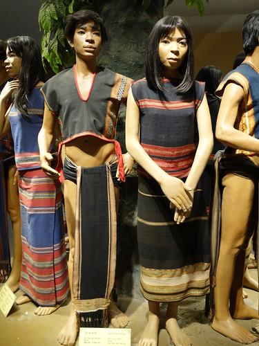 Des habitants bahnars en tenues traditionnelles