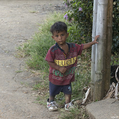 Un chiquitito (Rosca75) Tags: colombia colombie child children people lifestylephotography boy littleboy poor