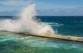 La ola te atrapa. (The wave catches you).