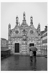 Umbrella (robertomandara) Tags: pisa chiesadellaspina analogica darkroom cameraoscura pellicola film filmphotography toscana tuscany italia italy