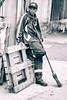 Hombre de Limpieza (Daniel Silva Soria) Tags: trabajo limpieza escoba blanco negro blancoynegro fotografía bnw blackandwhitephoto