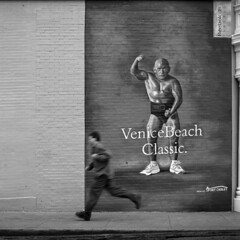Venice Beach (Julio López Saguar) Tags: juliolópezsaguar publicidad advertising urbano urban concepto concept blancoynegro blackandwhite película film venicebeach losángeles california usa unitedstates estadosunidos calle street graffitti pared muro wall arte art persona people corriendo running movimiento motion