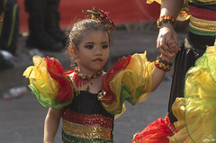 Bien accompagnée (Rosca75) Tags: carnaval carnavaldebarranquilla barranquilla colombia colombie people lifestylephotography streetphotography child children niños portrait portraiture young girl littlegirl dress colors costume