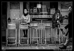 Hora de una Aperol Spritz (Montse Estaca) Tags: italia italy venecia venezia venice veneto woman mujeres donne sillas chairs sedie copa calice cup glass streetphotography street strada calle urbanlandscape urbanphotography paisajeurbano fotografíaurbana bw bn bianco blanco black negro nero white escaparate vitrina aperol spritz showcase storefront vetrina bar banqueta pub taburete stool sgabello