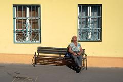Budapest, 2001 (Joseff_K) Tags: budapest hongrie hungary leicam6 leica m6 film kodak slide diapositive banc homme man dormeur sleeper bench jaune yellow sunbathing baindesoleil