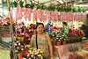 the artificial flower lady in the market (the foreign photographer - ฝรั่งถ่) Tags: lady selling artificial flowers yingcharoen market sapan mai bangkhen bangkok thailand canon kiss