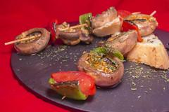 Hamburguesería El Rincón - Brocheta de champiñones al ajillo con pimientos y tomate cherry