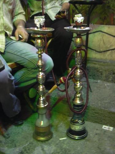 Damaskus, Dampfende und duftende Wasserpfeifen im Cafe