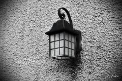 Farola (Justine JOBIN) Tags: lanterne dehors mur crépis black white noir blanc gris ancien fer forgé
