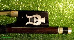 Frog violin bow (magritknapp) Tags: violin bow frog inlay lyre glitter rubber green geigenbogen frosch intarsie einer leier glitzergummi grün violon archet de grenouille incrustation dune scintillant caoutchouc vert violín arco rana incrustación una lira brillantina goma verde violino rã incrustação uma intarsio di luccichio gomma lucido violaanse bowlen kikker inlegwerk van lier glitterrubber groen