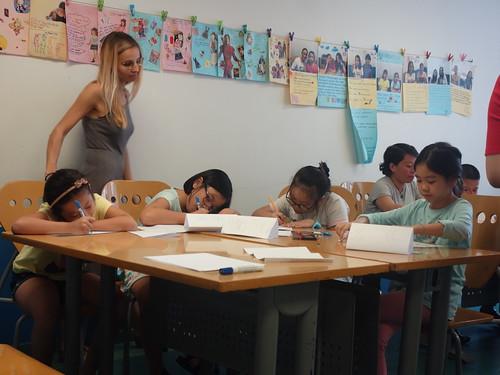 Julie aide les pélicopines vietnamiennes dans leur rédaction.