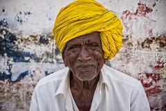 PATTADAKALL: PORTRAIT D'UN VIEUX PAYSAN (pierre.arnoldi) Tags: inde india pattadakall karnataka pierrearnoldi canon6d tamron on1raw portraitdhomme portraitsderue turbanjaune photoderue photocouleur photooriginale