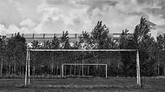 Cadrages (patkal51) Tags: rectangle but nuage ciel cloud sky usine factory nb bw noir blanc white black arbre baum tree football terrain stade