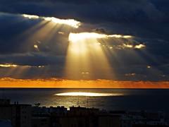 Los rayos del sol (Antonio Chacon) Tags: andalucia amanecer agua marbella málaga mar mediterráneo costadelsol cielo españa spain sunrise sol