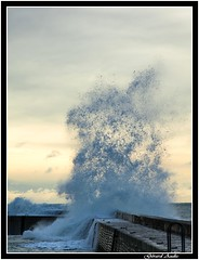 Pointillisme, Pointedness. (explore 14/12/2017) (De Bretagne et d'ailleurs) Tags: bretagne digue eau eclatement ecume gerbe lomener mer morbihan canon5dmkii canon70200f4 ciel vague