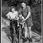 Archiv O142 Familienausflug mit dem Rad, 1950er thumbnail